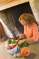 Europe/France/Aquitaine/24/Dordogne/Monestier: Maison d'H&ocirc;tes: Ch&acirc;teau des Baudry - H&eacute;l&egrave;ne dans sa cuisine<br />  [Non destin&eacute; &agrave; un usage publicitaire - Not intended for an advertising use]