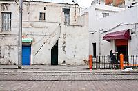 Paesaggio urbano con donna araba seduta<br /> Paysage urbain avec une femme arabe assise urban landscape  with Arab woman sitting