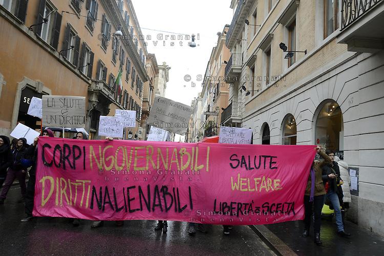 Roma, 8 Marzo 2013. Via del Corso.Studenti, stentesse, precari e precarie manifestano nella giornata internazionale della donna per difendere la sanità pubblica e a favore di serie politiche di prevenzione..
