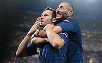 FUSSBALL  EUROPAMEISTERSCHAFT 2012   VORRUNDE Ukraine - Frankreich               15.06.2012 Torjubel: Yohan Cabaye (li) und Karim Benzema (re, beide Frankreich)