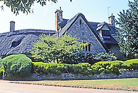 Chipping Campden: Large thatched house with lush landscaping. Photo '05.
