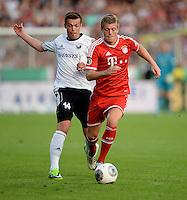 FUSSBALL       DFB POKAL 1. RUNDE        SAISON 2013/2014 BSV Schwarz-Weiss Rehden  - FC Bayern Muenchen  05.08.2013 Toni Kroos (re, FC Bayern Muenchen) enteilt Alexander Neumann (li, Rehden)