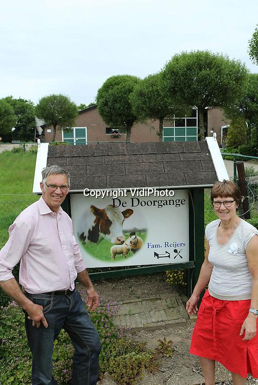 Foto: VidiPhoto<br /> <br /> OPHEUSDEN - Melkveehouders Evert en Hanny Reijers voor hun boerderij in Opheusden.