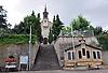 Katholische Pfarrkirche Sankt Vitus (1848) mit Kriegerdenkmal (1914-18, 1939-45) an der Stützmauer , Ludwigshöhe