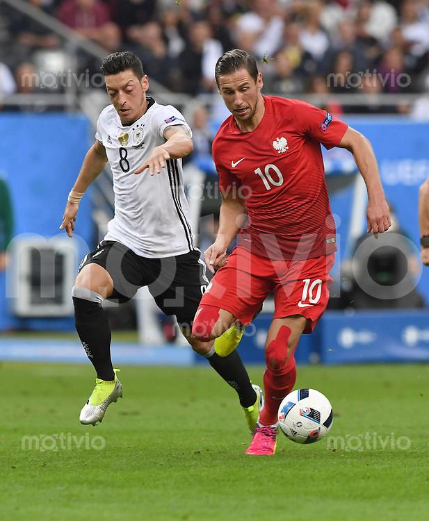 FUSSBALL EURO 2016 GRUPPE C IN PARIS Deutschland - Polen    16.06.2016 Mesut Oezil (li, Deutschland) gegen Grzegorz Krychowiak (re, Polen)