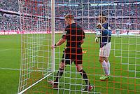 Fussball  1. Bundesliga  Saison 2013/2014  9. Spieltag FC Bayern Muenchen - 1. FSV Mainz     19.10.2013 Schiedsrichterassistent Christian Fischer (Mitte) kontrolliert das Tornetz in der Allianz Arena nach der Halbzeitpause, beobachtet von Torwart Christian Wetklo (re, 1. FSV Mainz 05)
