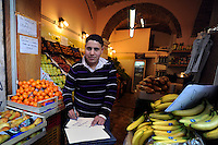 Discount di frutta e verdura gestito da immigrati egiziani. Discount of fruit and vegetables maintained by Egyptian immigrants.Gamal...
