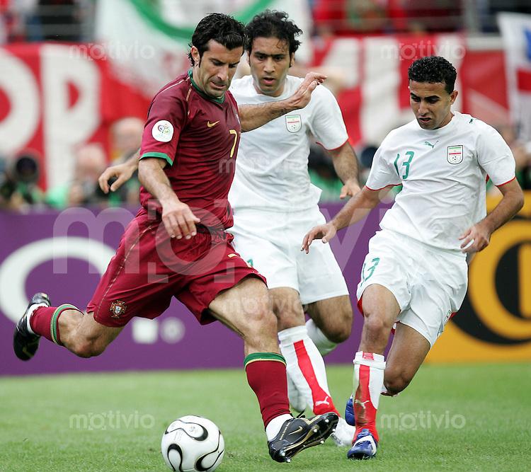 Fussball WM 2006 Gruppenspiel Gruppe D Vorrunde in Frankfurt Portugal - Iran Luis Figo (POR,li.) gegen Mehdi Mahadavikia (M.) und Hossein Kaabi (beide IRN).