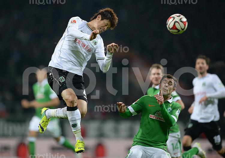 FUSSBALL   1. BUNDESLIGA   SAISON 2014/2015   15. SPIELTAG SV Werder Bremen - Hannover 96                         13.12.2014 Hiroki Sakai (li, Hannover 96) gegen Fin Bartels (re, SV Werder Bremen)