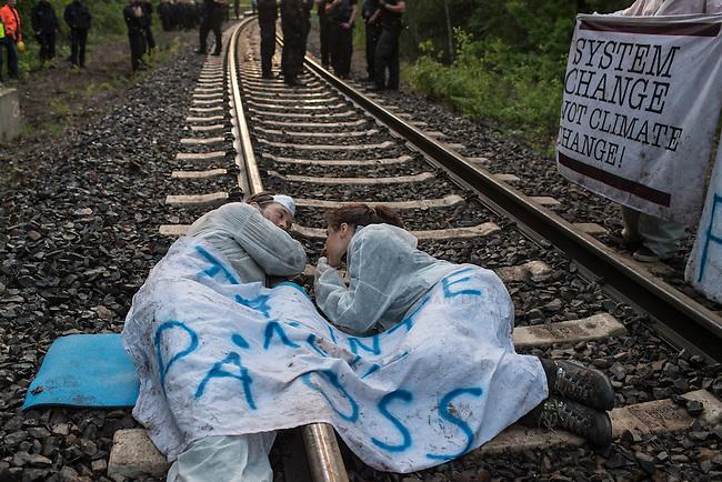 Klimacamp &quot;Ende Gelaende&quot; bei Elsterheide in der brandenburgischen Lausitz.<br /> Mehrere tausend Klimaaktivisten  aus Europa wollen zwischen dem 13. Mai und dem 16. Mai 2016 mit Aktionen den Braunkohletagebau blockieren um gegen die Nutzung fossiler Energie zu protestieren.<br /> Im Bild: Klimaaktivsten aus Schweden, Oesterreich, Finnland, und Deutschland haben sich auf den Schienen einer Kohletransportstrecke angekettet um sie zu blockieren.<br /> 13.5.2016, Elsterheide/Brandenburg<br /> Copyright: Christian-Ditsch.de<br /> [Inhaltsveraendernde Manipulation des Fotos nur nach ausdruecklicher Genehmigung des Fotografen. Vereinbarungen ueber Abtretung von Persoenlichkeitsrechten/Model Release der abgebildeten Person/Personen liegen nicht vor. NO MODEL RELEASE! Nur fuer Redaktionelle Zwecke. Don't publish without copyright Christian-Ditsch.de, Veroeffentlichung nur mit Fotografennennung, sowie gegen Honorar, MwSt. und Beleg. Konto: I N G - D i B a, IBAN DE58500105175400192269, BIC INGDDEFFXXX, Kontakt: post@christian-ditsch.de<br /> Bei der Bearbeitung der Dateiinformationen darf die Urheberkennzeichnung in den EXIF- und  IPTC-Daten nicht entfernt werden, diese sind in digitalen Medien nach &sect;95c UrhG rechtlich geschuetzt. Der Urhebervermerk wird gemaess &sect;13 UrhG verlangt.]