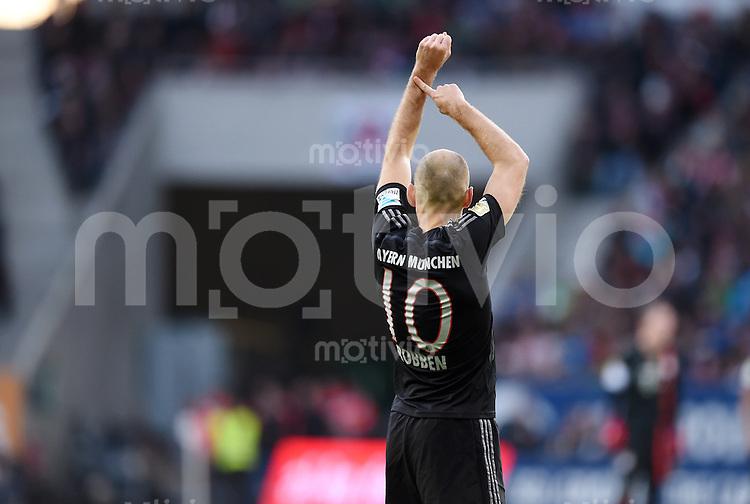 Fussball  1. Bundesliga  Saison 2014/2015  15. Spieltag  FC Augsburg - FC Bayern Muenchen     13.12.2014 Arjen Robben (FC Bayern Muenchen) fordert beim Schiedsrichter Nachspielzeit