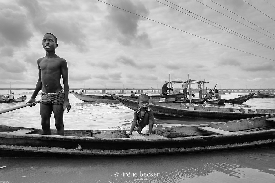 The majority of the community are fishermen who prefer to live on the water. Some people dig for building sand and process salt.