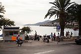 Abendstimmung in Neum, BIH. Viele Touristen aus Osteuropa verbringen ihren Adriaurlaub in der kleinen Stadt, angezogen von den günstigen Preisen und der Nähe zu Split, Dubrovnik und Mostar. Neum liegt in Bosnien-Herzegovina und stellt den einzigen Meerzugang des Balkanlandes dar. Auf einer Länge von 9 km durchschneidet der Ort das kroatische Staatsgebiet (Neum-Korridor). Seit dem EU-Beitritt Kroatiens ist Neum auf beiden Seiten von EU-Außengrenzen eingeschlossen. / A scene in Neum, BIH. Many tourists from eastern european countries choose the small town of Neum as their summer vacation destination. Cheap Prices and the close distance to Dubrovnik and Split in Croatia and to Mostar in Bosnia make the small citiy of Neum a good choice to spend the summer. Neum is the only place in Bosnia and Herzegovina where the country has access to the adriatic sea. Over a length of 9 kilometers the area cuts Croatian territory in two pieces. Since Croatia became part of the European Union, the city of Neum is enclosed between two EU-boarders.