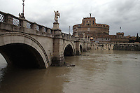 Roma 29 Novembre 2005.Il Tevere in piena all'altezza di Castel Sant'Angelo.Rome November 29, 2005.The river Tiber in flood at Castel Sant'Angelo.
