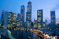 Singapore. Downtown. Town center. View at sunset on Boat Quay and the Central Business District. Giant high-rise buildings. A boat sails on the Singapore river.  © 2001 Didier Ruef