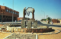 Libia, Ghadhames 2002.Monumento dedicato all'Unione Africana..Libya, Ghadhames 2002.The monument devoted to the African union.