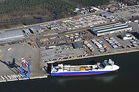 Seelandkai Luebeck: EUROPA, DEUTSCHLAND, LUEBECK (EUROPE, GERMANY), 25.06.2011 Seelandkai im Luebecker Hafen ist ein multifunktionales Terminal fuer Container- und RoRo-Verkehre, Forstprodukte und Schwergut.Das neue Terminal fuer den Umschlag von Containern und RoRo-Guetern ist seit Sommer 2006 in Betrieb. Auf dem knapp 20 Hektar großen Gelaende werden Trailer, Neufahrzeuge sowie Container abgefertigt. DieContainer koennen sowohl in RoRo-Verfahren als auch mit Containerbruecken verladen werden.