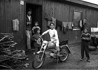 Montenegro  Novembre 2000.Campo profughi di Konik 1.Famiglia rom davanti alla propria abitazione