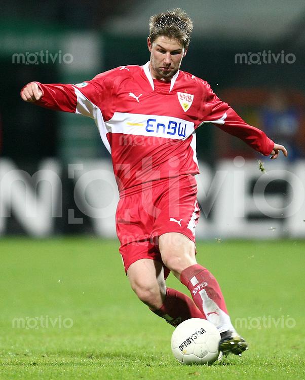 FUSSBALL     1. BUNDESLIGA/DFB POKAL     SAISON 2007/2008 Thomas HITZLSPERGER (VfB Stuttgart), Einzelaktion am Ball
