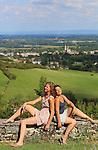 Foto: VidiPhoto<br /> <br /> TOURNUS - Lianne van den Boogert uit Rhenen en Eveline de Roover uit Hardinxveld-Giessendam, vrijwilligers van de stichting L'Abri-France uit Tournus, poseren in de tuin van de voormalige wijnboerderij met uitzicht op Tournus in de Bourgogne.