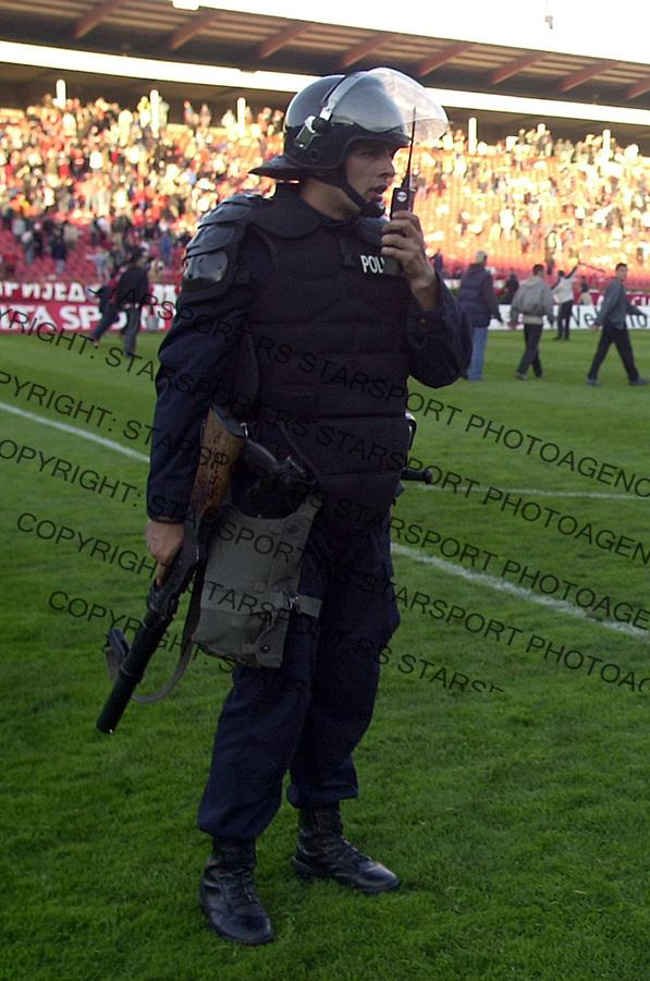 SPORT FUDBAL CRVENA ZVEZDA VOJVODINA Navijaci tuca policija nasilje 8.05.2004. foto: Pedja Milosavljevic<br />