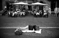 Roma  1998.Un  uomo legge un libro sdraiato  in piazza Navona.Rome  .A man reads a stretched out book in Navona plaza