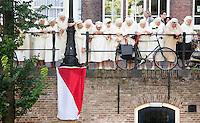 In Utrecht krijgt de katholieke congregatie Zusters Augustinessen van Sint Monica van de gemeente een plakaat als eerbetoon voor het werk dat de zusters in Utrecht hebben gedaan in de afgelopen 80 jaar. Daarnaast is op de muur van het klooster een foto geplaatst van de beginperiode van de zusters. De zusterorde is in 1934 gesticht door pater Sebastianus van Nuenen en is gevestigd aan de Oudegracht. De congregatie legt zich vooral toe op maatschappelijk werk en heeft veel gedaan voor de armen in de Utrechtse Wijk C. In 1939 openden de zusters samen met Pater van Nuenen een opvangvoorziening voor ongewenst zwangere meisjes en jonge vrouwen onder de naam Meisjesstad, tegenwoordig Stichting Cordaad.<br /> In Utrecht, the Catholic congregation Augustinian Sisters of St. Monica church receives a plaque as a tribute to the work that the sisters in Utrecht have done in the past 80 years. In addition, on the wall of the monastery a picture is placed of the early days of the sisters. The sister order was founded in 1934 by Father Sebastian of Nuenen and is located at the Oudegracht. The congregation mainly focuses on social work and has done much for the poor in the Utrecht district Wijk C. In 1939 the sisters opened along with Father of Nuenen a collection facility for unwanted pregnant girls and young women under the name Girls Town, Foundation Cordaad nowadays.