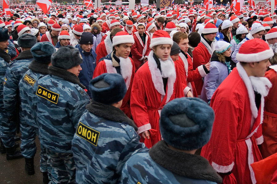 Moscow, Russia, 17/12/2005.&amp;#xA;Putin supporters dressed as Santa Claus march past a line of riot police. Approximately 70,000 members of the pro Kremlin youth organisation Nashi [Ours],  demonstrated to wish World War Two veterans a happy New Year. Most of the demonstrators were dress as Dyed Moroz, the Russian Santa Claus, or his partner Snegurichka, the Snow Maiden.<br />