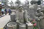 Foto: VidiPhoto<br /> <br /> GARDEREN - Bezoekers uit het hele land, en zelfs uit Duitsland en Japan, reizen de komende maanden naar Garderen op de Veluwe voor het Veluws Zandsculptuur Festij, het grootste project op dit gebied in Nederland. Ruim honderd uit zand opgebouwse beelden en objecten zijn tot en met 31 oktober dagelijks te bezichtigen is (m.u.v. de zondag). Vorig jaar bezochten 140.000 toeristen uit binnen- en buitenland het zandsculptuurfestijn. Ieder jaar neemt de belangstelling toe. Dit jaar staan de boeken van de in 1995 overleden illustrator, tekenaar en kunstenaar Rien Poortvliet centraal. Aan het verbeelden daarvan werkten dit jaar 25 internationaal bekende zandkunstenaars mee. Omdat het werk van Poortvliet vooral populair is in Japen en Duitsland, worden uit die twee landen extra bezoekers verwacht. Voor het bouwen van de sculpturen en het aanpassen van zowel het buitenterrein als de binnenruimte was dit jaar 1200 kuub zand nodig. E&eacute;n zandkunstenaar is in vaste dienst om de kunstwerken te herstellen die door regen en bezoekers beschadigd raken. Volgens initiatiefnemer Adri van Ee zijn het vooral oudere bezoekers die niet van de sculpturen kunnen afblijven en voor beschadigingen zorgen.
