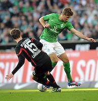 FUSSBALL   1. BUNDESLIGA   SAISON 2011/2012   27. SPIELTAG SV Werder Bremen - FC Augsburg                        24.03.2012 Sebastian Langkamp (li, Augsburg) gegen Niclas Fuellkrug (re, SV Werder Bremen)
