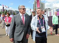 Olympia 2012 London  28.07.2012 Bundespraesident Joachim Gauck (l.) trifft bei einem Besuch im Olympischen Dorf den DOSB-Praesidenten Thomas Bach.