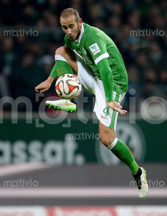 FUSSBALL   1. BUNDESLIGA   SAISON 2014/2015   15. SPIELTAG SV Werder Bremen - Hannover 96                         13.12.2014 Alejandro Galvez (SV Werder Bremen) am Ball