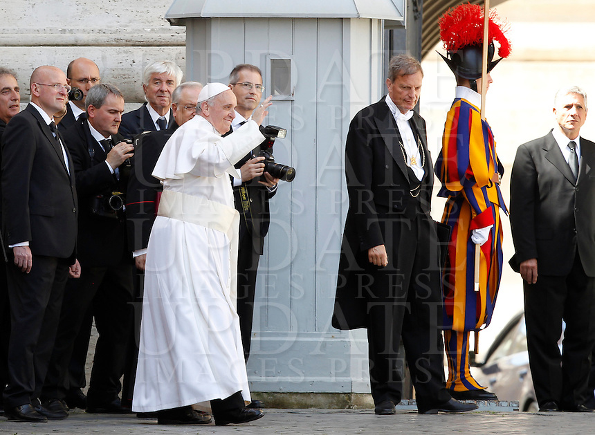 Papa Francesco saluta i fedeli al termine della sua udienza generale in Piazza San Pietro, Citta' del Vaticano, 10 aprile 2013..Pope Francis waves to faithful at the end of his weekly general audience in St. Peter's square at the Vatican, 10 April 2013..UPDATE IMAGES PRESS/Isabella Bonotto..STRICTLY ONLY FOR EDITORIAL USE