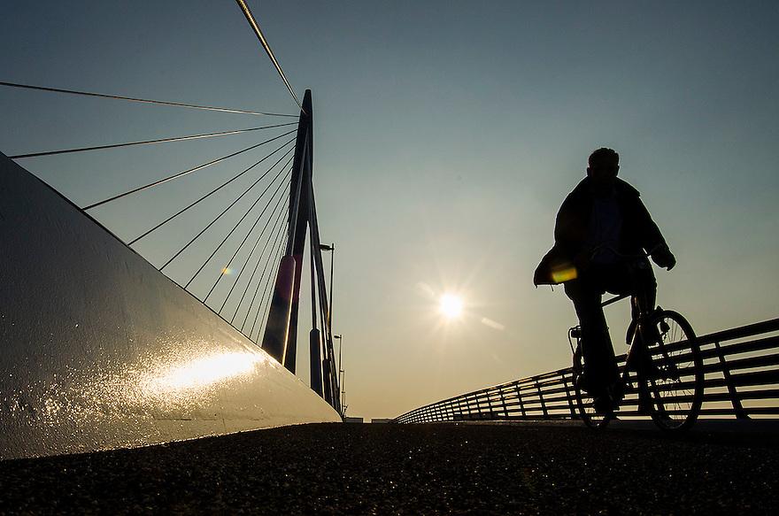 Nederland, Utrecht, 3 okt 2014<br /> Fietser op de Prins Clausbrug. De Prins Clausbrug is een tuibrug die de verbinding vormt over het Amsterdam-Rijnkanaal, tussen de Utrechtse gebiedsdelen Kanaleneiland en Papendorp. De brug is een ontwerp van Ben van Berkel,<br /> Foto: (c) Michiel Wijnbergh