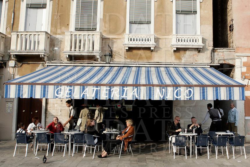 L'esterno della gelateria Nico a Venezia.<br /> People outside the Gelateria Nico ice-cream shop in Venice.<br /> UPDATE IMAGES PRESS/Riccardo De Luca
