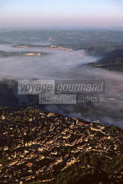 Europe/France/Aquitaine/24/Dordogne/Vallée de la Dordogne/Périgord/Périgord noir/Domme: Brume sur la vallée de la Dordogne - Vue aérienne