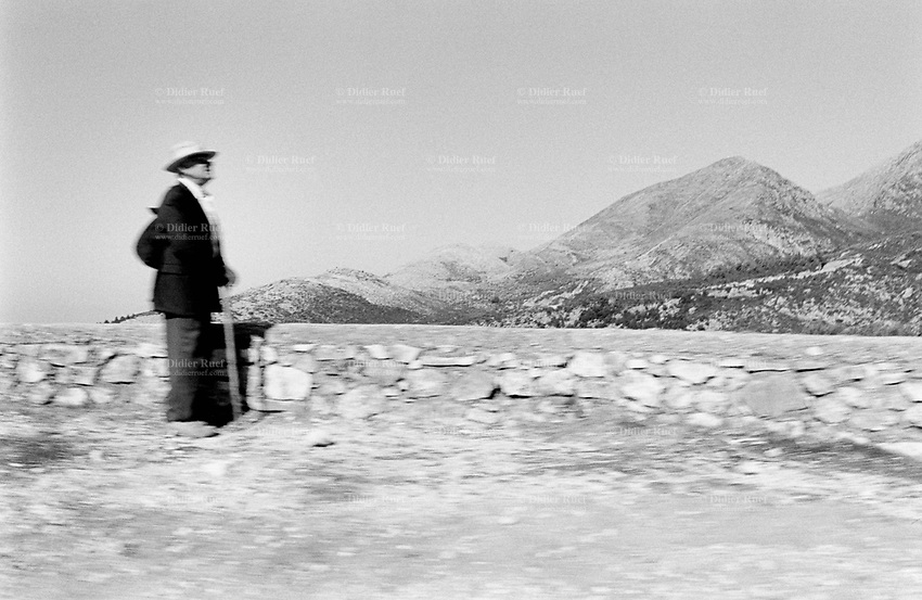 Albania. Province of Vlora. Dhermi. An old man looks at the landscape. © 2003 Didier Ruef