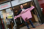 Foto: VidiPhoto<br /> <br /> KAMPEN - Winkeliers in de Geerstraat in Kampen hebben nog steeds last van de crisis. Foto: Ronnie Mooiweer van RM Fashion.