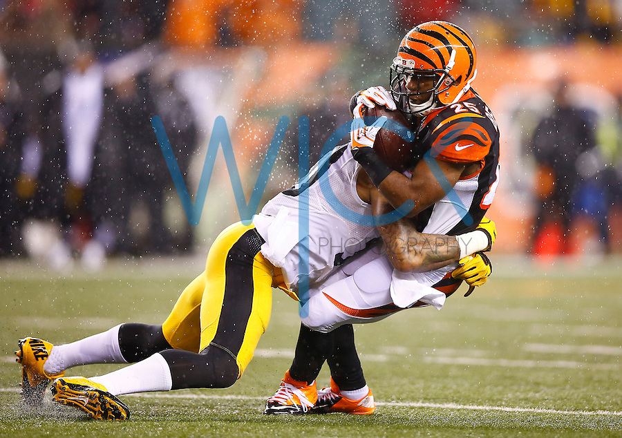 Giovani Bernard #25 of the Cincinnati Bengals in action against the Pittsburgh Steelers during the Wild Card playoff game at Paul Brown Stadium on January 9, 2016 in Cincinnati, Ohio. (Photo by Jared Wickerham/DKPittsburghSports)