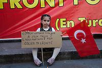 turchi manifestano , a Parigi,a favore delle proteste in Turchia contro Erdogan 3 giugno 2013 bambina con bandiera turca e cartello id protesta