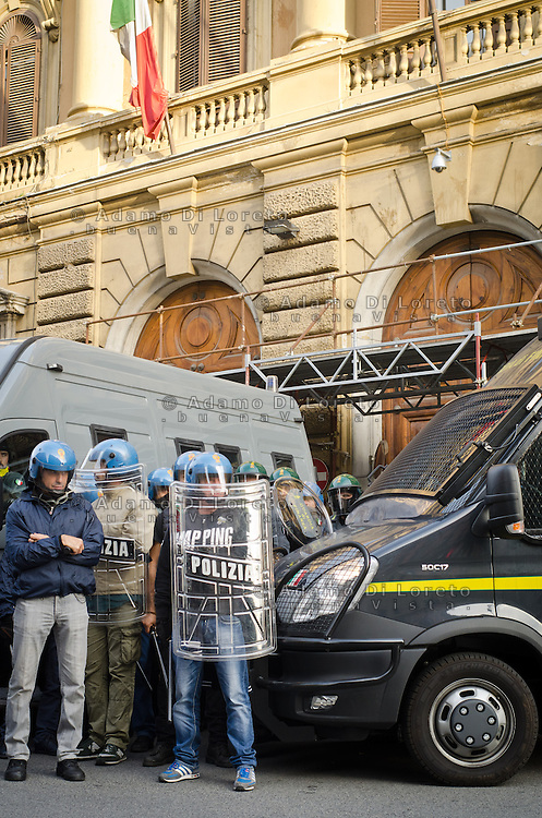 ITA: Il presidio di Polizia davanti al Ministero dell'Economia, Roma 19 Ottobre 2013. Decine di migliaia di persone sono scese in piazza per protestare contro le misure di austerità e tagli di bilancio in Italia. (Foto di Adamo Di Loreto/BuenaVista*photo) ENG: The Presidium of police in front of the Ministry of Economy on October 19, 2013 in Rome. Tens of thousands of people took to the streets to protest against the austerity measures and budget cuts in Italy. (Photo credit Adamo Di Loreto/BuenaVista*photo)