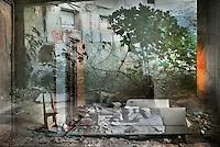 Natura morta<br /> <br /> Arrela i s'estira la figuera,<br /> en aquest pati<br /> de qu&egrave; ning&uacute; t&eacute; cura:<br /> s'hi escampen les plantes,<br /> hi reprenen el domini<br /> que en tenien<br /> abans que alg&uacute; hi aixequ&eacute;s unes parets.<br /> <br /> A cada pas enrere de la casa,<br /> avan&ccedil;a un pas el gest de la natura<br /> apoderant-se'n.<br /> <br /> Runes espargides,<br /> taulons, cal&ccedil;obre,<br /> deixalles que alg&uacute; hi ha abandonat,<br /> un seient plegable sense respatller,<br /> columnes breus de llibres<br /> que han perdut els lectors.<br /> <br /> Cambres dins de cambres,<br /> portes dins del buit,<br /> camins tancats,<br /> refugis de l'abs&egrave;ncia,<br /> temples sense d&eacute;us<br /> on creix silent l'oblit.<br /> <br /> Carles Duarte i Montserrat