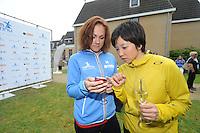 SCHAATSEN: ERMELO: 21-05-2014 Team Continu Perspresentatie, Karolína Erbanová, Nao Kodaira (JAP) ©foto Martin de Jong