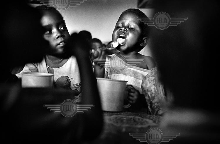 ©Chris Keulen/Panos Pictures..Children waiting for porridge in feedingcentre in Shabunda, South-Kivu. In some areas 30% of the children suffer from malnutrition...Democratic Republic Congo (formerly Zaire), Shabunda (South-Kivu), 19/10/2001