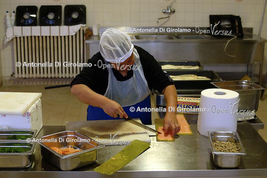 Carcere di Rebibbia. Corso di cucina. Rebibbia prison. Cookery course..Le detenute imparano a cucinare all' interno della cucina del carcere..The detained are learning to cook in the kitchen of the prison....