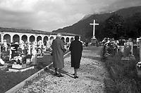 Artegna, novembre '76 visita al cimitero per la ricorrenza dei morti del terremoto del Friuli del Maggio 1976.<br /> Artegna,  November, visit to the cemetery for the of the All Souls Day after the Friuli earthquake in May 1976.