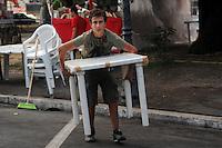 2010 Roma.1° Festa Nazionale della federazione della Sinistra.Preparazione dei tavoli per la sera....