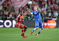 FUSSBALL  SUPERCUP  FINALE  2013  in Prag    FC Bayern Muenchen - FC Chelsea London          30.08.2013 David Alaba (li, FC Bayern Muenchen) bestaunt Andre Schuerrle (re, FC Chelsea) bei der Ballannahme