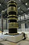 Foto: VidiPhoto..ARNHEM - In het gloednieuwe laboratium van de Kema in Arnhem worden de laatste voorbereidingen getroffen voor de eerste proeven. Een Koreaanse fabrikant start op 2 maart als eerste met een 400 kV kabelsysteem beproeving in het nieuwe lab. De combinatie van hoogspanning- en middenspanninglab van de Kema is uniek in de wereld. De bouwkosten bedragen 8,5 miljoen euro. Het laboratorium telt 1 transformator van 1 miljoen volt (foto), 6 van 300 KV en diverse transformatoren van 100 KV.