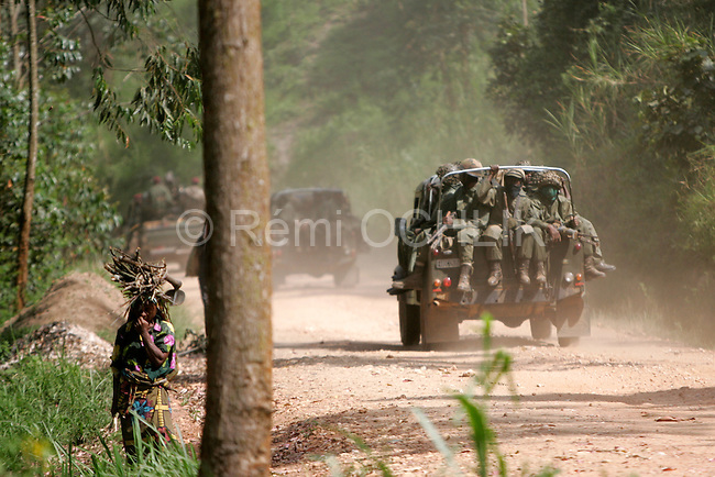 © Remi OCHLIK/IP3, Kanyabayanga , Republique Democratique du Congo, le 26 novembre 2008 - Patrouille de soldats FARC..Fardc soldiers patrol on the road to Kanyabayanga...